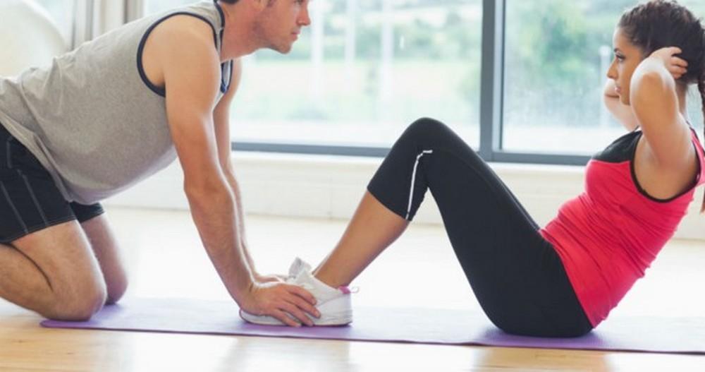 Trois exercices pour faire des abdos à deux